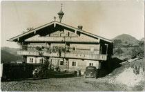 Jausenstation Niedinghof (heute Restaurantbetrieb), Besitzer Josef Straif in Brixen im Thale, Bezirk Kitzbühel, Oberer Sonnberg 52. Gelatinesilberabzug 9 x 14 cm ohne Impressum um 1955.  Inv.-Nr. vu914gs00665