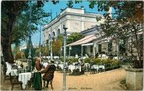Giselapromenade (heute Passerpromenade) und Westflügel vom Kurhaus in Meran, Habsburgerstraße (heute Freiheitsstraße) 33. Photochromdruck 9 x 14 cm; Impressum: Johann F(ilibert). Amonn, Bozen 1910.  Inv.-Nr.  vu914pcd00275