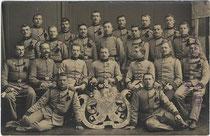 Hälftefeier der 9. Kompanie 3. Regiment k.u.k. Tiroler Kaiserjäger in Bregenz der Dienstjahre 1909-1912 im Jahr 1911. Gelatinesilberabzug 9x14cm; Impressum: Risch-Lau, Bregenz 1911.  Inv.-Nr. vu914gs00593a