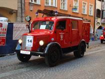 """LGF (Löschgruppenfahrzeug) Mercedes wohl Bj. um 1940 der Freiw. Feuerwehr Seefeld in Tirol beim Corso anlässlich """"140 J. Tir. Feuerwehrverband"""" in Innsbruck. © Johann G. Mairhofer 2012.  Inv.-Nr. DSC05308"""