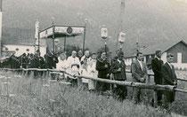 Schutz- und Ehrengeleit durch Veteranen und Kompanieschützen von Brandenberg, Bezirk Kufstein, Tirol bei der Fronleichnamsprozession. Gelatinesilberabzug 7 x 10 cm (Amateuraufnahme) um 1960.  Familienarchiv des Verfassers