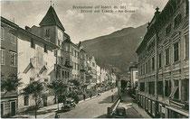 Großer Graben mit Sparkasse rechts im Bild in Brixen am Eisack. Lichtdruck 9 x 14 cm; Impressum: Lorenz Fränzl, Bozen um 1945.  Inv.-Nr. vu914ld00199