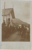 """""""Der Antlassritt bei Kirchberg"""" (handschriftl. bez.), Station bei der sog. Schwedenkapelle. Gelatinesilberabzug 9 x 14 cm; Impressum: Toni Kogler, Innsbruck um 1905.  Inv.-Nr. vu914gs00225"""