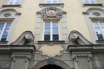 Portal der siebenachsigen Fassade vom viergeschoßigen Wolkenstein'schen (heute Maria-Teresianischen) Damenstift in Innsbruck-Innere Stadt, Universitätsstraße 23. Digitalphoto; © Johann G. Mairhofer 2013.  Inv.-Nr. 1DSC07035