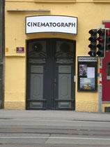 """Eingang zum Kino """"Cinematograph"""", dem Kino für Filmkunst in Innsbtruck, Museumstraße 31. Digitalphoto; © Johann G. Mairhofer 2014; Inv.-Nr. 2DSC01005"""