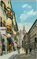 Franz-Josef-Straße in der Bezirkshauptstadt Schwaz, Tirol mit Photoatelier von Georg Angerer (links) von Westen. Photochromdruck 9 x 14 cm ohne Impressum, um 1910.  Inv.-Nr. vu914pcd00274