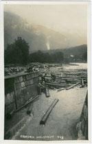 Rechen in der Lände von Kramsach für die Brandenberger Holztrift. Gelatinesilberabzug 9 x 14 cm; Impressum: Ad(olf). Künz, Innsbruck 1938.  Inv.-Nr. vu914gs00036