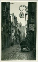 Ehemaliges Stadtbrauhaus mit Wirtsschild in der Altstadt von Hall in Tirol, Salvatorgasse 4. Gelatinesilberabzug 9 x 14 cm; Impressum: A(lfred). Stockhammer, Hall in Tirol um 1925.  Inv.-Nr. vu914gs01035