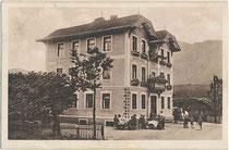 """Im Heimatstil errichtetes Gasthaus """"Innbrücke"""" am linken Innufer in Langkampfen, Bezirk Kufstein, Tirol nahe der Brücke nach Kirchbichl. Heliogravüre 9 x 14 cm ohne Urhebernachweis, um 1905.  Inv.-Nr. vu914hg00066"""