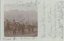 Couleurbummel von Altherren diverser Korporationen auf dem Weg zum Sonnenburgerhof in Innsbruck (wohl Amateuraufnahme). Gelatinesilberabzug 9 x 14 cm, postalisch befördert 1908.  Inv.-Nr. vu914gs00042