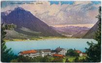 """Hotel """"Fürstenhof"""" in Pertisau, Gemeinde Eben, Bezirk Schwaz, Tirol und Schiffswerft von Nordwesten. Photochromdruck 9 x 14 cm; Impressum: Purger & Co., München um 1910.  Inv.-Nr. vu914pcd00187"""