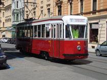 """Straßenbahntriebwagen Typ """"Genua""""  von Breda, Milano (I.V.B. - Innsbrucker Verkehrsbetriebe Serie 60) von 1943/44 in der Claudiastraße, Innsbruck-Saggen. Digitalphoto; © Johann G. Mairhofer 2014.  Inv.-Nr. 1DSC09999"""