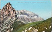 Sasso Becciè und Piz Boè (Boespitze) in der Sellagruppe vom Bindelweg aus. Photochromdruck 9x14cm; Impressum: Josef Werth, Toblach um 1912.  Inv.-Nr. vu914pcd00220