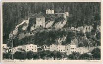Vermutlich um 1000 n.Chr. von den Rapoten (Vasallen des Bischofs von Regensburg) errichtete Burg Rattenberg über gleichnamiger Stadt. Rastertiefdruck 9 x 14 cm; Impressum: Robert Armütter, Kunsthandlung, Rattenberg um 1925.  Inv.-Nr. vu914rtd00023