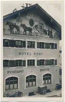 """Ehemaliges Hotel """"Post"""" mit einem Fresko im Giebelfeld (eine vierspännige Postkutsche darstellend) und dem Postamt im Erdgeschoß in Reutte, Tirol (heute Post-Passage genannt). Gelatinesilberabzug 9 x 14 cm ohne Impressum, um 1930.  Inv.-Nr. vu914gs01186"""