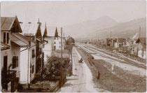 Bahnhof von Kirchberg in Tirol, Bezirk Kitzbühel der Kaiserin-Elisabeth-Bahn oder Giselabahn (heute: Salzburg-Tiroler-Bahn) in Fahrtrichtung Bf. Wörgl. Gelatinesilberabzug 9 x 14 cm ohne Impressum, postalisch befördert um 1905. Inv.-Nr. vu914gs000