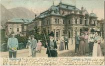 Innsbrucker Stadtsäle, Universitätsstraße 1 um 1904, im 2. Weltkrieg zerstört worden. Farblichtdruck nach Photomontage (Staffagepersonen einmontiert) 9 x 14 cm; Impressum: F. W. W. ohne Ort um 1900.  Inv.-Nr. vu914fld00054