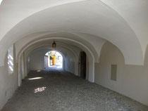 Laubengang mit Hauseingang vom ehem. Ansitz Aicham, ein 1514 erstm. erwähntes Laubenhaus mit Eckpavillon und Garten in Heiligkreuz, Hall in Tirol, Sulzgassl 4. Digitalphoto; © Johann G. Mairhofer 2016.  Inv.-Nr. 2DSC04397