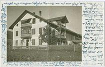 Bauernhof mit giebelseitigem Balkon über Glasveranda und traufseitig Veranda in Ober- und Dachgeschoß wohl in Schönberg im Stubaital. Gelatinesilberabzug 9 x 14 cm ohne Impressum, um 1930.  Inv.-Nr. vu914gs00737