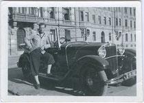 Junger Mann in Knickerbocker (Kniebundhosen) wohl mit seinem eigenem Cabriolet am Adolf-Pichler-Platz in Innsbruck. Gelatinesilberabzug 6 x 9 cm; Privataufnahme um 1935.  Inv.-Nr. vu609gs00002