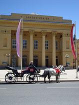 Fiakergespann beim Tiroler Landestheater, Rennweg 2, Innsbruck-Innere Stadt. Digitalphoto; © Johann G. Mairhofer 2013.  Inv.-Nr. 1DSC06802