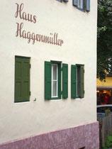 Typographie der späten 50er Jahre an der Fassade zur Josef-Herold-Straße vom Haus Haggenmüller, Konditorei - Cafè - Eisdiele. Digitalphoto; © Johann G. Mairhofer 2015.  Inv.-Nr. 2DSC02747
