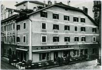 Hotel Café KUSSETH in Bozen, Mustergasse Nr. 5, Fassade. Gelatinesilberabzug 10x15cm; ohne Impressum um 1955.  Inv.-Nr. vu105gs00034