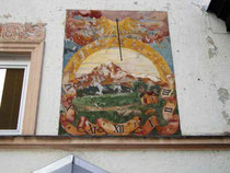 Vertikalsonnenuhr in einer Darstellung der Saile (Nockspitze) an der Südfassade vom Ansitz Dodl in Innsbruck-Pradl, Egerdachstraße 25. Digitalphoto; © Johann G. Mairhofer 2011.  Inv.-Nr. 1DSC02376