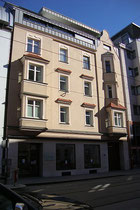 Haus Pradler Straße Nr. 55 in Pradl. Stadtgemeinde Innsbruck, ehemals darin das Photoatelier von Richard Müller. Digitalphoto; © Johann G. Mairhofer 2016.  Inv.-Nr. 2DSC04022