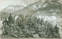 Maschinengewehrabteilung einer Kompanie Landesschützen aus Hall in Tirol (?) oberhalb von Innichen wohl im Kriegsjahr 1915. Gelatinesilberabzug 9 x 14 cm; Impressum: Josef Werth, Toblach. Inv.-Nr. vu914gs00641