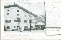 """Zahlkellnerinnen von """"Ascher's Gasthaus"""" in Brandenberg, Bezirk Kufstein, Tirol vis à vis der Pfarrkirche zum Hl. Georg. Autotypie 9 x 14 cm ohne Impressum, postalisch befördert 1905.  Inv.-Nr. vu914at00004"""