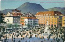 Sonntagscorso am Waltherplatz in Bozen (heute Landshauptstadt von Südtirol). Photochromdruck 9 x 14 cm; Impressum: Gerstenberger & Müller, Bozen um 1910.  Inv.-Nr. vu914pcd00080