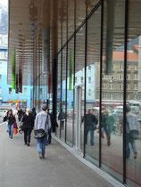 Spiegelnde Schaufensterflächen beim PEMA-Haus, Brunecker Straße 3, Innsbruck-Innere Stadt.  Digitalphoto; © Johann G. Mairhofer 2013.  Inv.-Nr. DSC06416