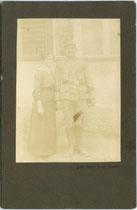 Landesschütze mit Ehefrau, wohl aufgenommen vor dem Ausmarsch an die Südfront. Albuminabzug 16,6 x 10,6 cm (Cabinetformat); Impressum: Foto Blume, Bozen - Oberau 1915 oder Folgejahre des 1. Weltkriegs.  Inv.-Nr. vuCAB-00361