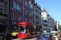 Triebwagen Bombardier Flexity Outlook C der IVB Linie 3 in der Defreggerstraße in Pradl unterwegs auf Bildbetrachter zu in Richtung Innere Stadt, jeweils Stadtgemeinde Innsbruck. Digitalphoto; © Johann G. Mairhofer 2012.  Inv.-Nr. 1DSC04610