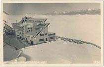Zwischenstation Seegrube der Nordkettenbahn von der Hungerburg auf das Hafelekar oder vice versa, jeweils ehem. Gde.Hötting (1938 nach Innsbruck eingemeindet). Gelatinesilberabzug 9 x 14 cm; Much Heiss, Innsbruck 1928.  Inv.-Nr. vu914gs01209