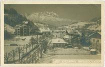 Bahnhofstraße in Kitzbühel gegen das Kaisergebirge. Gelatinesilberabzug 9 x 14 cm; Impressum: Wilhelm Stempfle, Innsbruck um 1925.  Inv.-Nr. vu914gs00900