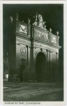 Nordseite der anlässlich der Hochzeit von Erzherzog Leopold und Maria Ludovica 1765 erbauten Triumphpforte. Gelatinesilberabzug 9 x 14 cm; Impressum: P(aul). Karberger, Pechestr. 1, Innsbruck; postalisch gelaufen 1929.  Inv.-Nr. vu914gs00060