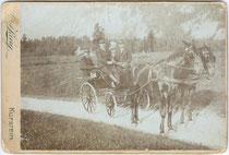 Ausflugsgesellschaft in einer zweispännigen Wagonette wohl auf der Landstraße zwischen Ebbs und Kufstein. Albuminabzug auf Untersatzkarton 11 x 16,5cm (Cabinetformat). Impressum: A(nton). KARG (d. J., 1869 - 1949), Kufstein um 1890.  Inv.-Nr. vuCAB-00039
