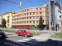 """Supermarkt der Eurospar vis à vis vom Westbahnhof in Wilten, Andreas-Hofer-Straße 44 (bis zum Bombenfall stand hier das Hotel """"Westbahnhof""""). Digitalphoto; © Johann G. Mairhofer 2012.  Inv.-Nr. 1DSC04730"""