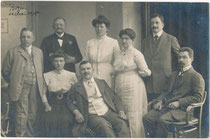 Bürgerliche Familie wohl aus Bozen oder Gries. Gelatinesilberabzug 9 x 14 cm; Impressum: Heinrich Abresch, Bozen 14. Mai 1910.  Inv.-Nr. vu914gs01181