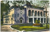 Altes Bozner Stadttheater im Gelände des heutigen Bahnhofsparks, durch Bombenangriff 1944 zerstört worden. Photochromdruck 9 x 14 cm; Joh(ann). F(ilibert). Amonn, Bozen 1915.  Inv.-Nr. vu914pcd00126