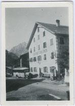 """Autobus der Österreichischen Post- und Telegraphenverwaltung vor dem Gasthof """"zum Löwen"""" in St. Johann, Bezirk Kitzbühel, Tirol. Gelatinesilberabzug 4,5 x 6 cm; Amateuraufnahme um 1930.  Inv.-Nr. vu456gs00001"""