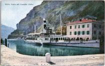 """Seitenraddampfer """"Italia"""" der Gardaseeschifffahrt festgemacht am Pier beim k.k. Zollamt im Hafen von Riva (bis 1919 Bezirkshauptstadt in der Gefürsteten Grafschaft Tirol). Farbautotypie 9 x 14 cm ohne Impressum.  Inv.-Nr. vu914fat00023"""