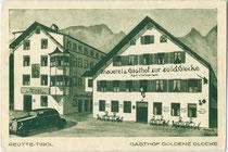 """Ehemalige Pension (links) und Brauerei & Gasthof (rechts) """"zur Goldenen Glocke"""" des Karl von Wiesenegg, Untermarkt 9 in der Bezirkshauptstadt Reutte, Tirol. Autotypie 10 x 15 cm ohne Impressum, um 1930.  Inv.-Nr. vu105at00013"""