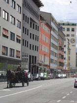 Ostflanke des südlichen Abschnitts der Wilhelm-Greil-Straße. Digitalphoto; © Johann G. Mairhofer 2012.  Inv.-Nr. DSC03121