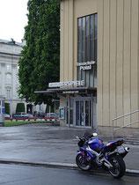 """Eingang zu den """"Kammerspielen"""" in den Innsbrucker Stadtsälen (2015 geschleift) in der Universitätsstraße 1, Innsbruck-Innere Stadt (Tanzschule Polai nunmehr in den Ursulinensälen, Innrain 7). Digitalphoto; © Johann G. Mairhofer 2012.  Inv.-Nr. 1DSC03304"""