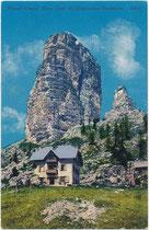 Albergo Cinque Torri unterhalb des Torre Grande d'Averau in den Ampezzaner Dolomiten, ehem. Gde. und Bzk. Ampezzo (heute Cortina d'Ampezzo, Prov. Belluno). Photochromdruck 9 x 14 cm; Impressum: Joh. F. Amonn, Bozen 1911.  Inv.-Nr. vu914pcd00352