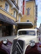 "Viertürige Limousine Citroen Traction Avant 11 wohl Baujahr 1954 vor dem Hotel ""Grauer Bär"" in Innsbruck-Innere Stadt, Universitätsstraße 5-7. Digitalphoto; © Johann G. Mairhofer 2013.  Inv.-Nr. 1DSC07104"