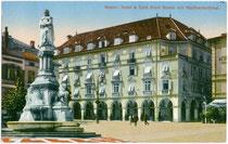 """Hotel & Café """"Stadt Bozen"""" (vormals Städtische Mädchenschule) am Waltherplatz. Farblichtdruck 9 x 14 cm; Impressum: J(osef). Gugler, Bozen 1913.  Inv.-Nr. u914fld00001"""
